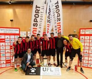 Futsal ekipa ob prejetju pokala za 1. mesto v Univerzitetni futsal ligi